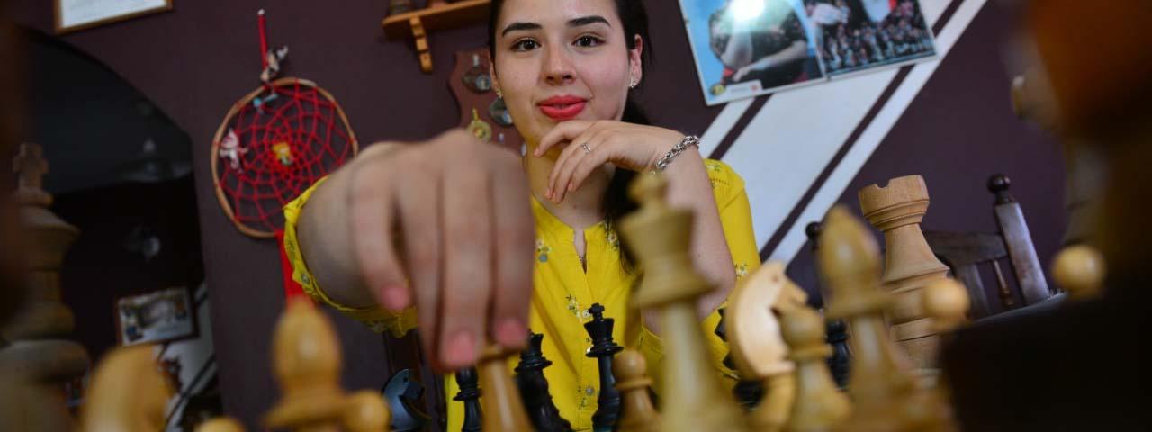 MILAGROS BRIZZI: La Dama del ajedrez en su infinito mundo de combinaciones