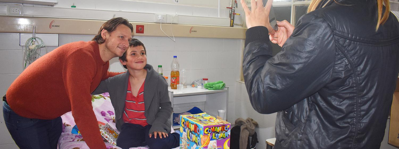 MES DEL NIÑO: Con juguetes, David y la Fundación cosecharon sonrisas en el Pediátrico de Córdoba