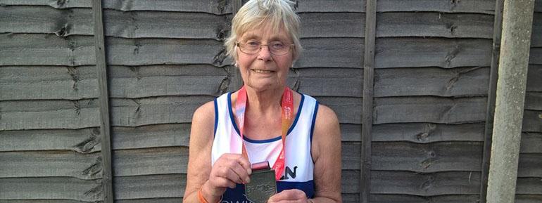 MARATÓN: Eileen Noble, la mujer de mayor edad en recorrer los 42k